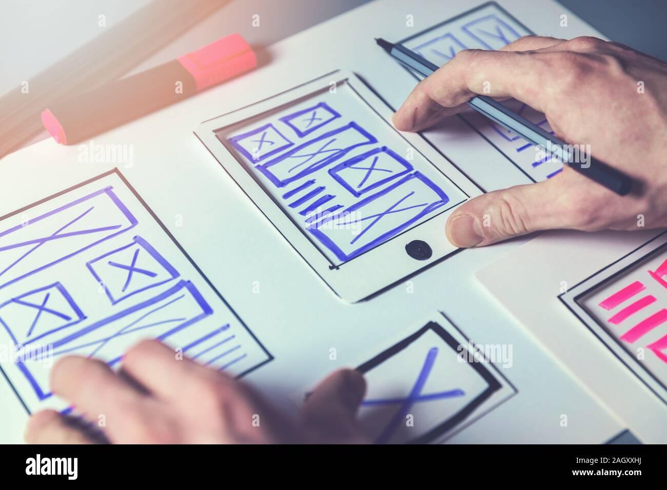 Ux diseñador gráfico boceto trama para aplicaciones móviles y desarrollo de sitios web Foto de stock