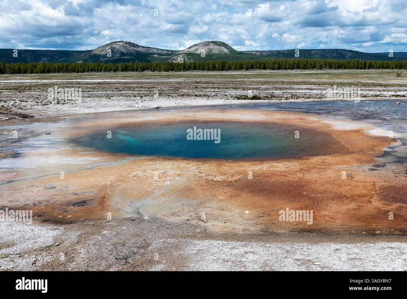 La cuenca del géiser de Midway Opal descubierta en el Parque Nacional Yellowstone, Wyoming, EE.UU. Foto de stock
