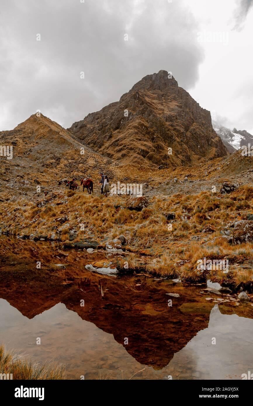 La montaña de Sacsarayoc en la sierra del Perú Foto de stock