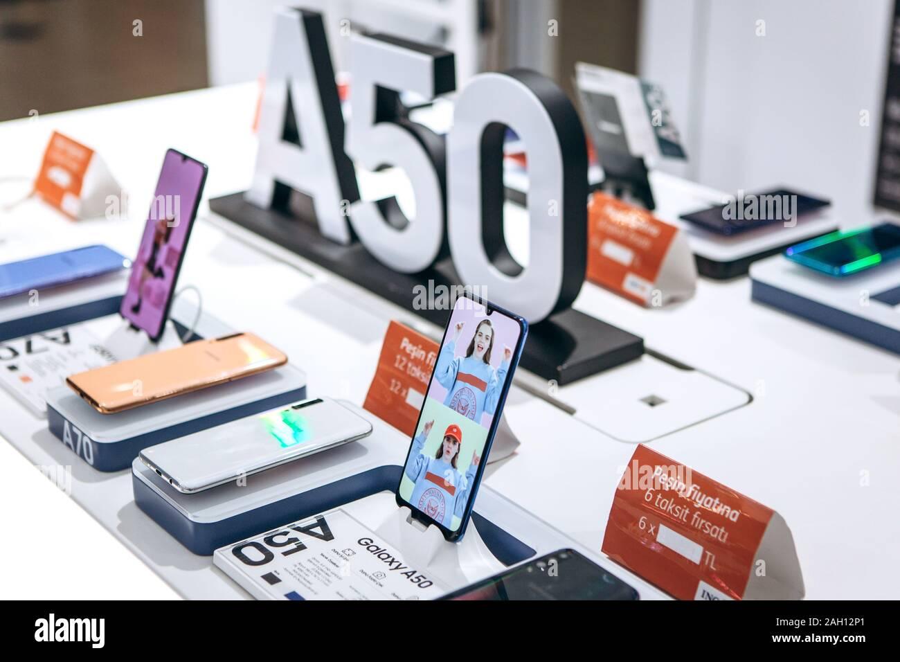 Turquía, Estambul, 20 de diciembre de 2019: venta de nuevo Samsung Galaxy A50 celulares en la tienda oficial de Samsung. Foto de stock