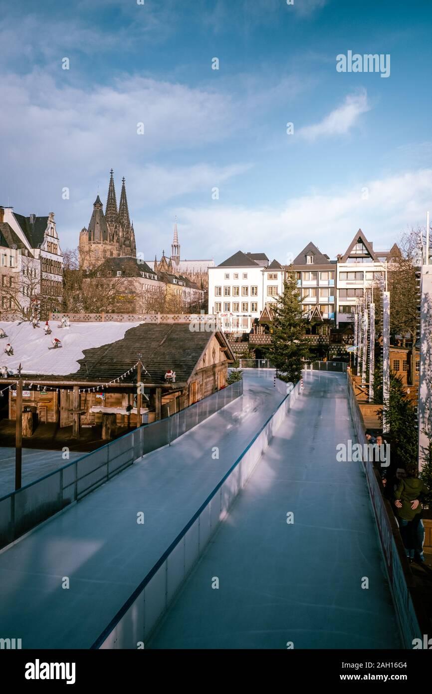 Colonia, Alemania, diciembre de 2019, la gente en el mercado de Navidad en la catedral de Colonia. Foto de stock