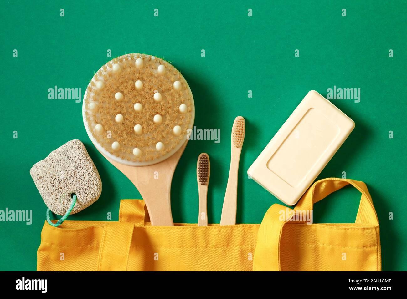Concepto de residuo cero y el cuidado del medio ambiente. Eco friendly Bolsas textiles, jabón, cepillo de dientes, jabón de bambú accesorios sobre un fondo verde. Vista superior Foto de stock