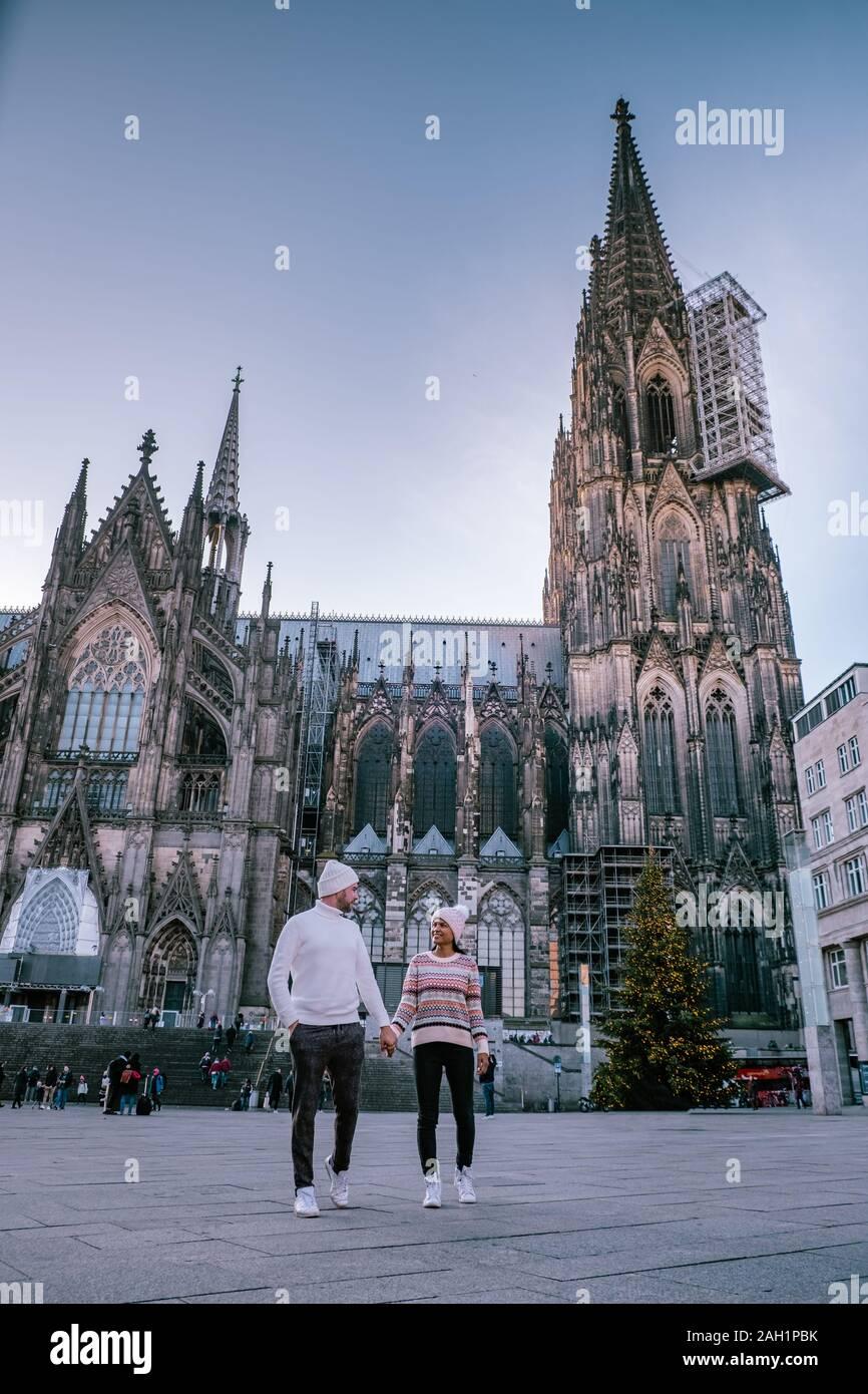 Pareja joven visitar el mercado de Navidad en Colonia, Alemania, durante un viaje de la ciudad, el hombre y la mujer en el mercado de Navidad Foto de stock