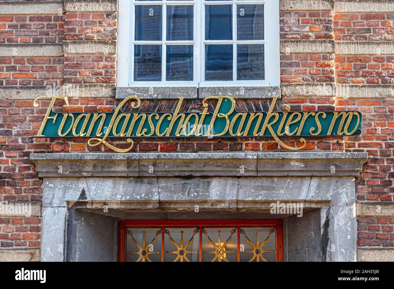 Vista frontal de la cartas chapado en oro en la fachada de la sede Van Lanschot NV. Steenweg Hooge, 's Hertogenbosch, Holanda. Foto de stock