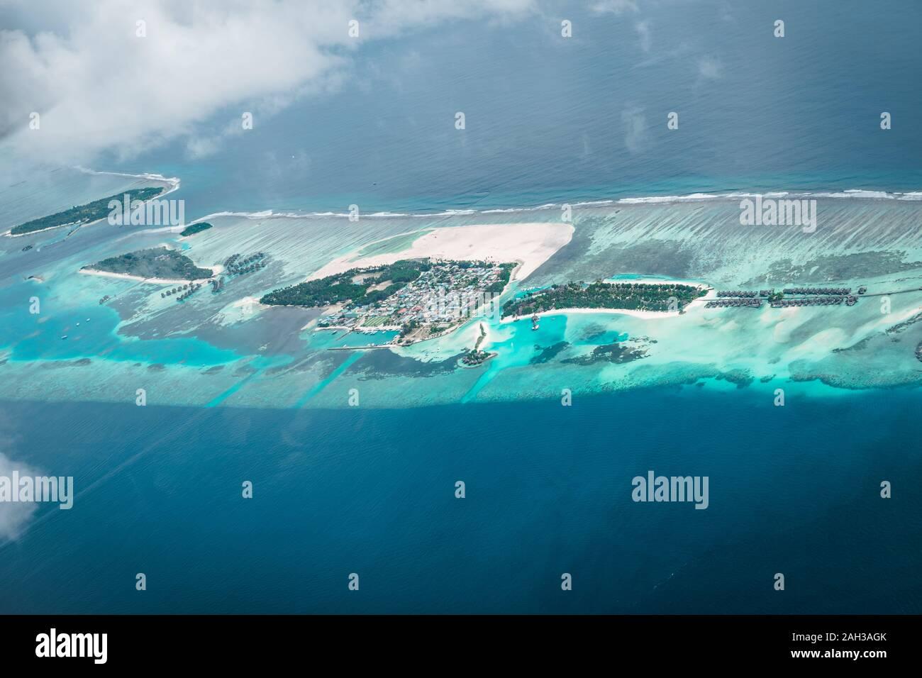 Maldivas desde el cielo con el mar azul y la arena blanca y la playa en el océano Índico Foto de stock
