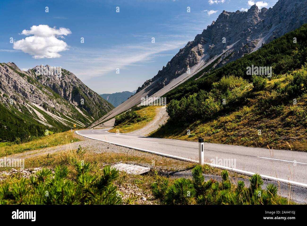 Austria, Tirol, sinuoso camino en Hahntennjoch pass Foto de stock