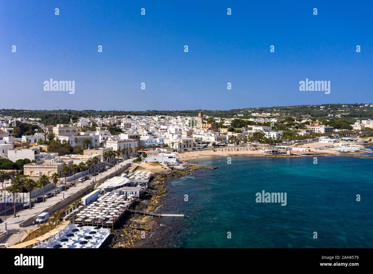 Italia, Apulia, península de Salento, en la provincia de Lecce, vista aérea de Santa Maria di Leuca con Harbour Foto de stock