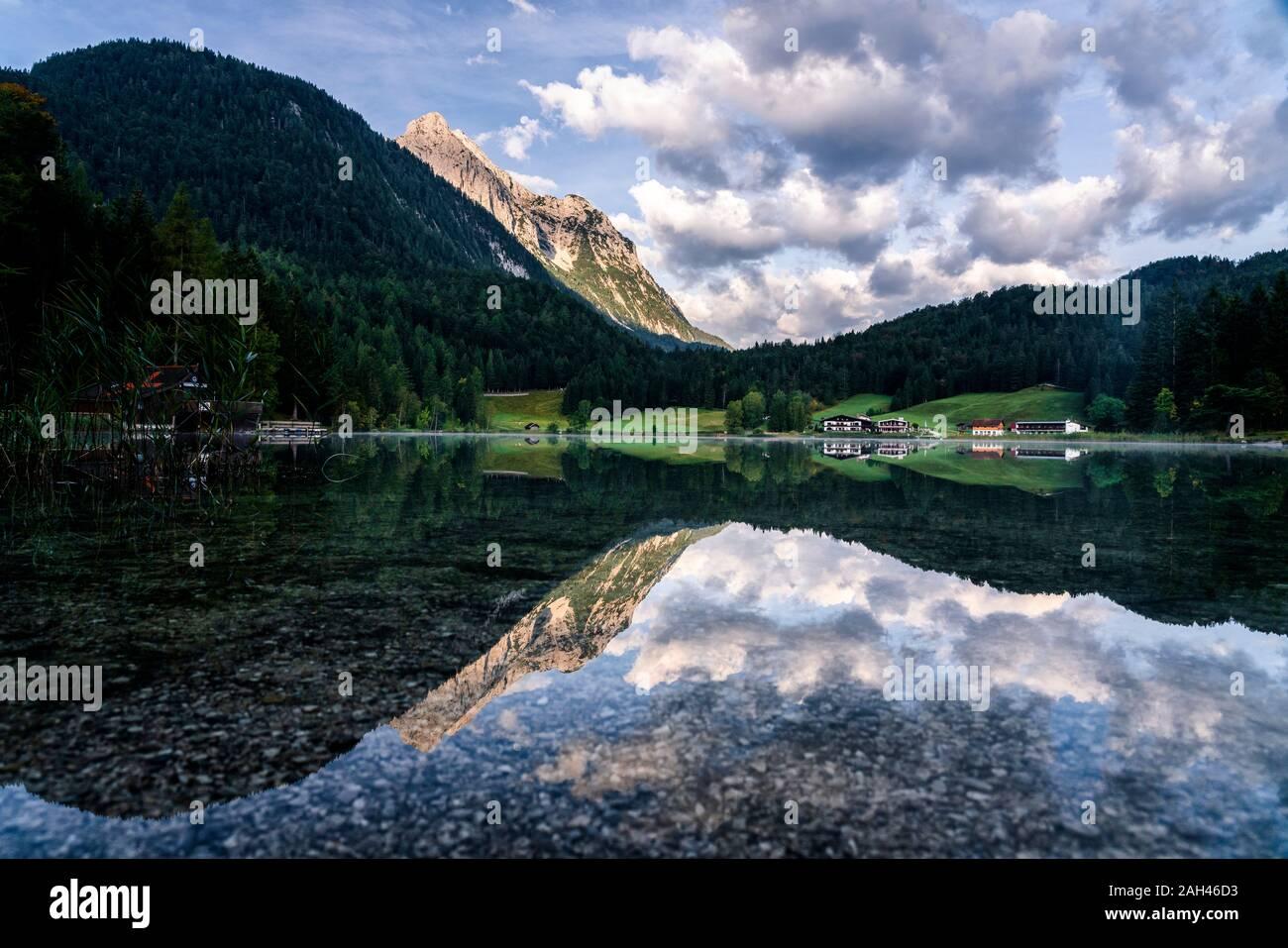 Alemania, Baviera, vista panorámica del lago Lautersee brillante Foto de stock