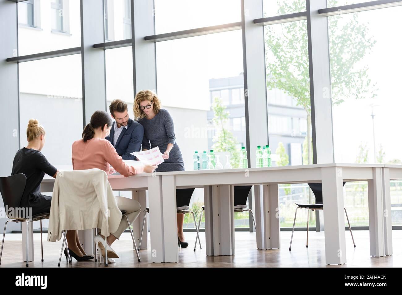 Equipo empresarial tras una reunión en la oficina Foto de stock
