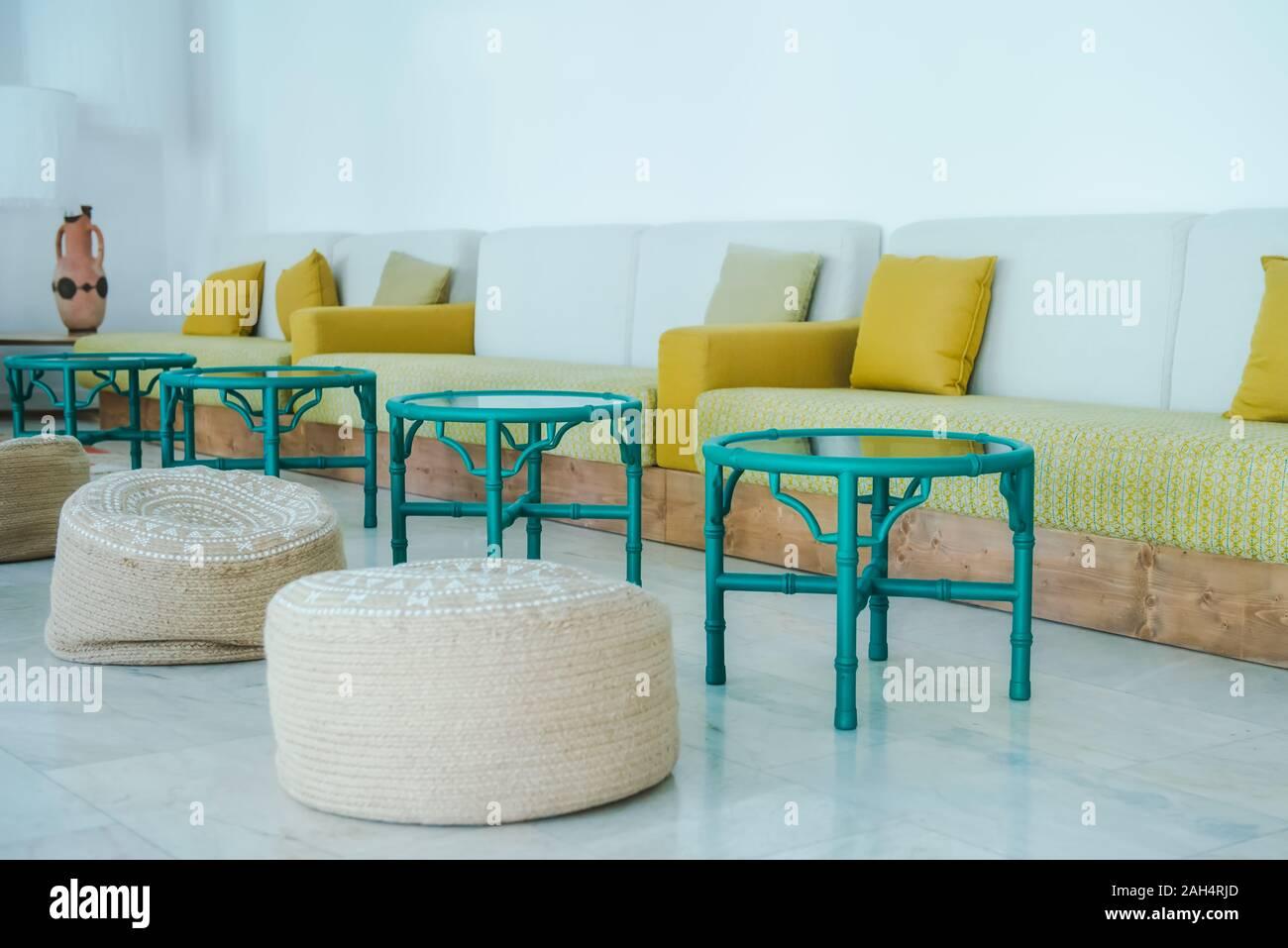 Luminoso salón comedor con tejido natural bocanadas, mesas ...