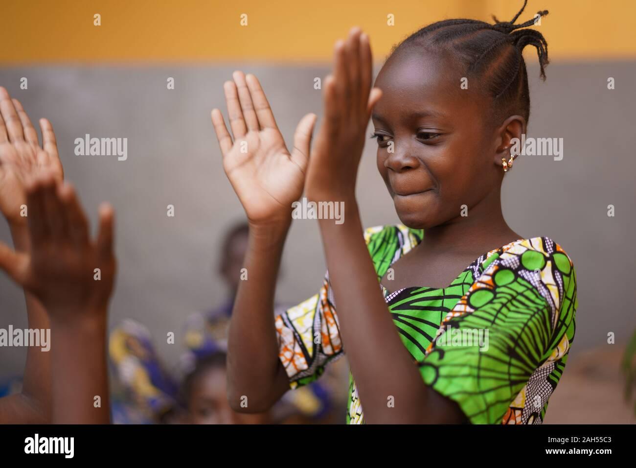 Joven muchacha africana concentrada en sus palmas Juego Foto de stock