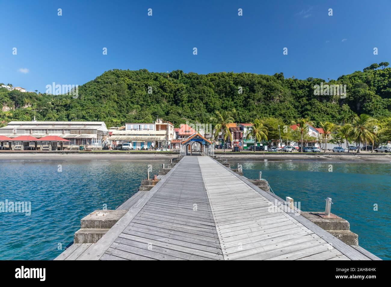Pier con cubierta de teca en Saint-Pierre, Martinica, Francia Foto de stock