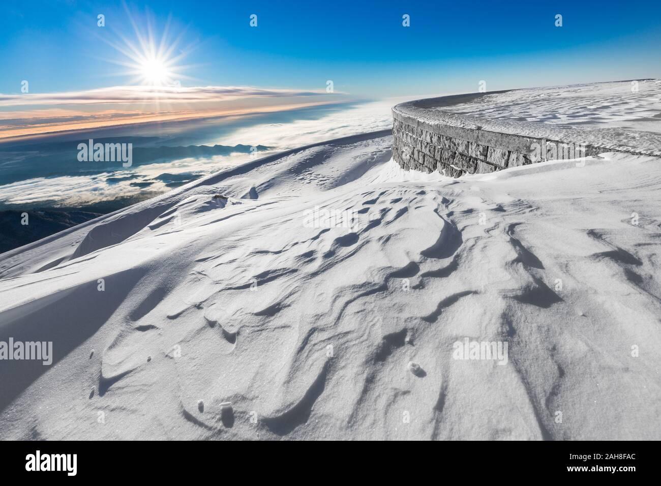 Amplia vista angular del paisaje montañoso cubierto de nieve al amanecer Foto de stock