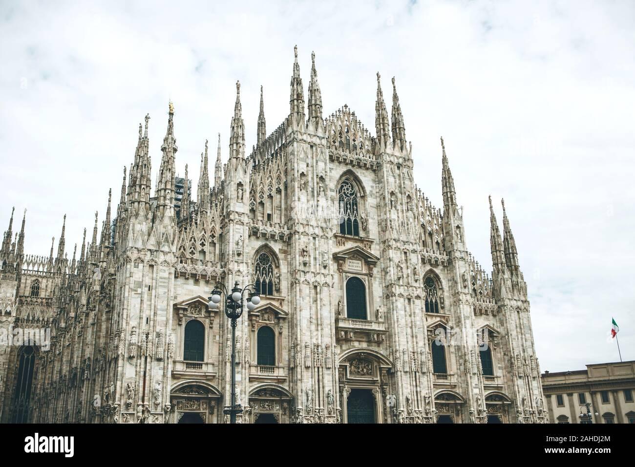 Hermosa vista de la antigua catedral de Milán en Italia. Es una de las atracciones turísticas más populares en Italia. Foto de stock