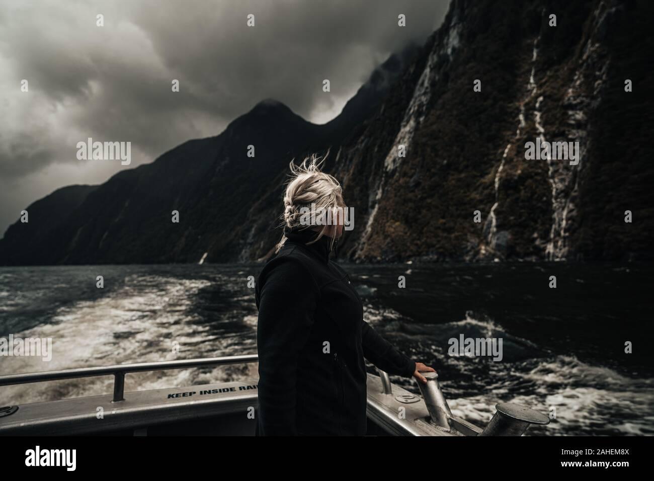 Relojes mujer cascadas en barco en Milford Sound Nueva Zelanda Foto de stock