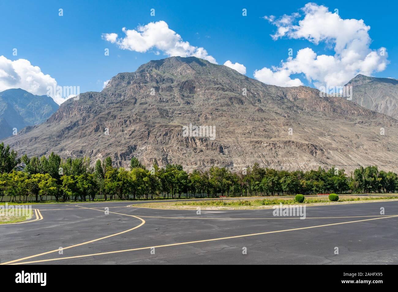 La pista de aterrizaje del Aeropuerto Doméstico de Gilgit vacía pintorescas vistas a la montaña en un día soleado cielo azul Foto de stock