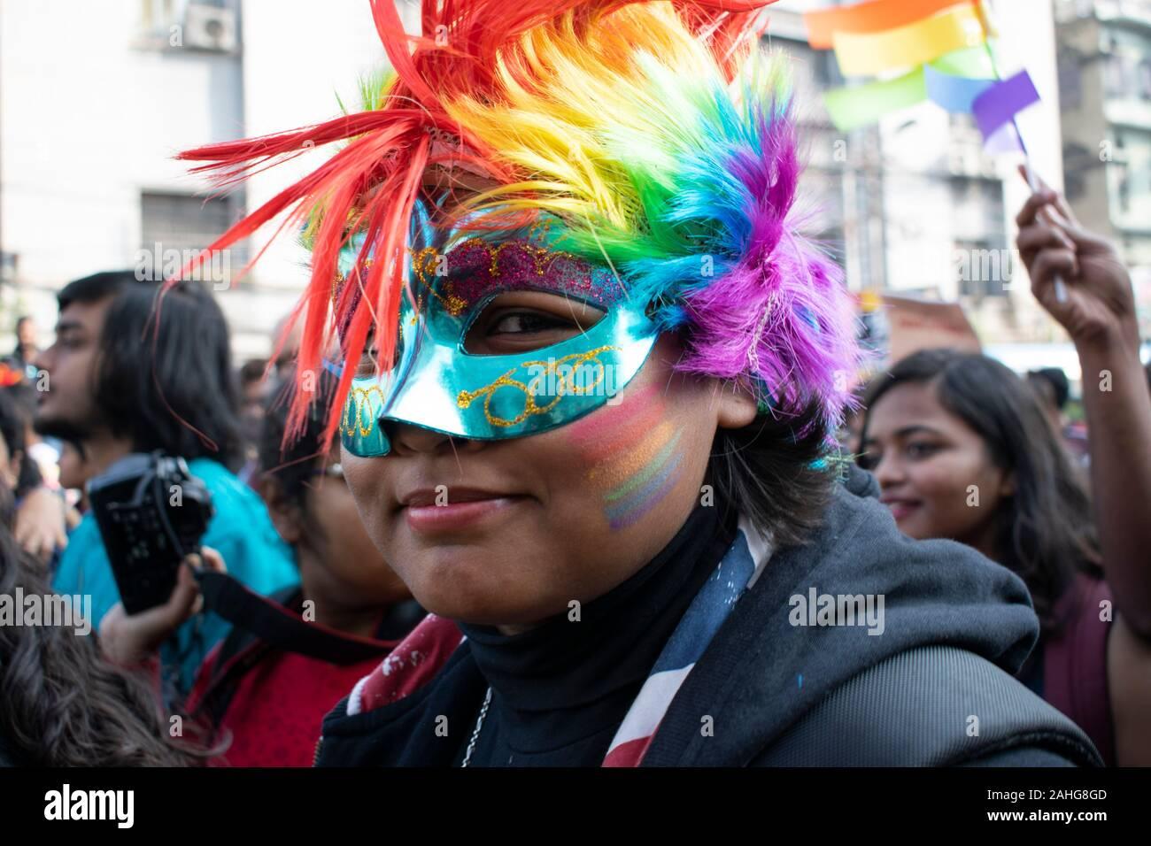 Las personas de la comunidad LGBT están marchando en las calles de Calcuta, exigiendo la igualdad de sus derechos y protestar contra la discriminación social que tienen que enfrentar. También están levantando su voz contra el Gobierno de la India para imponer el Registro Nacional de Ciudadanos (NRC) y la Ley de enmienda de la Ley de ciudadanía (CAA) que va en contra de la comunidad minoritaria de la India. (Foto por Santarpan Roy / Pacific Press) Foto de stock
