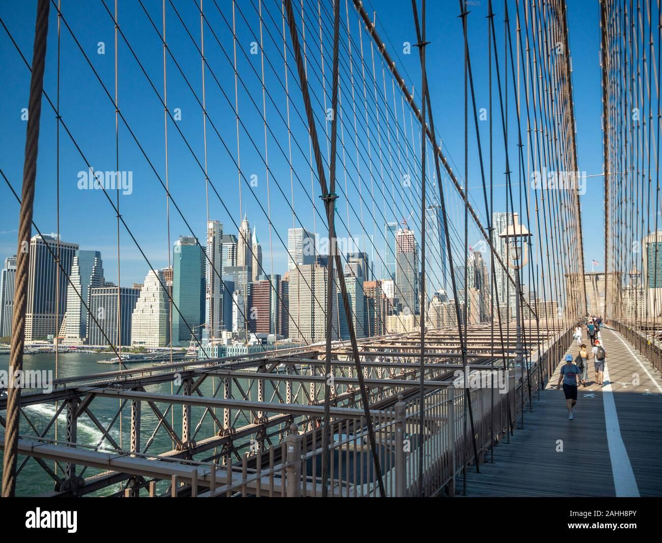 Puente de Brooklyn, Nueva York, EE.UU. [ Brooklyn Bridge arquitectura con vista panorámica de la ciudad de Nueva York y Manhattan, One World Trade Center ] Foto de stock