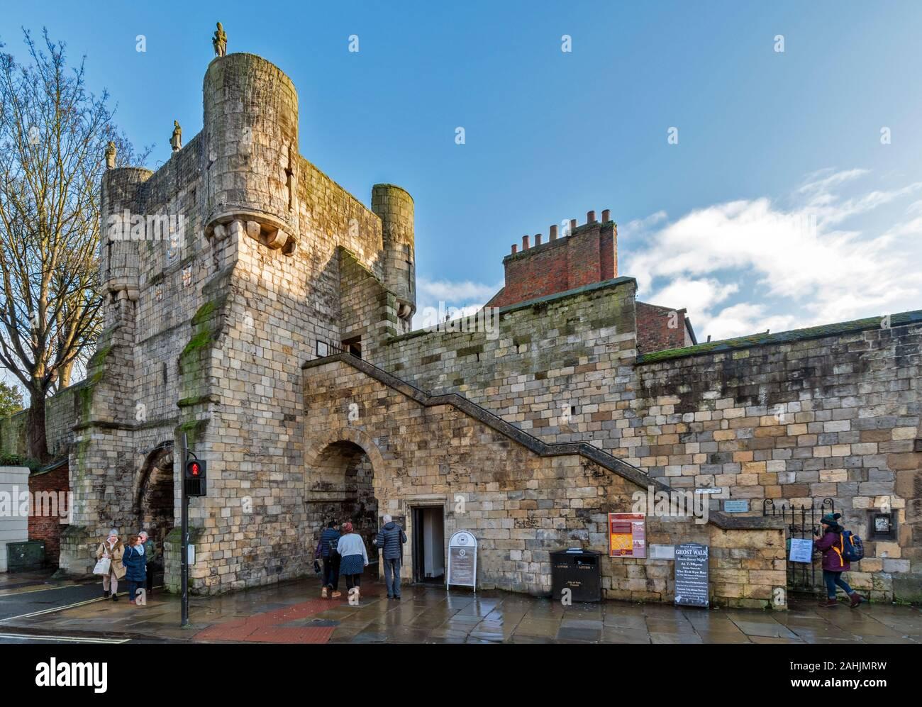 YORK Inglaterra las antiguas murallas de la ciudad y el BOOTHAM BAR O PUERTA con estatuas Foto de stock