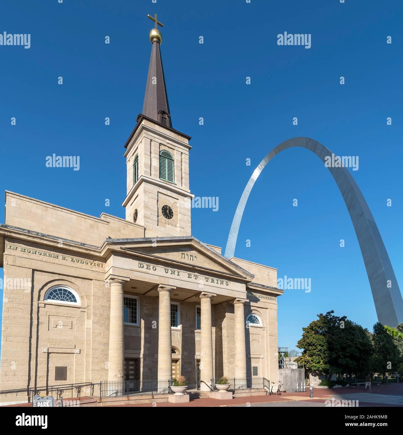 La Catedral Vieja (Basílica de San Luis, rey de Francia) con el Arco Gateway detrás, Saint Louis, Missouri, EE.UU. Foto de stock