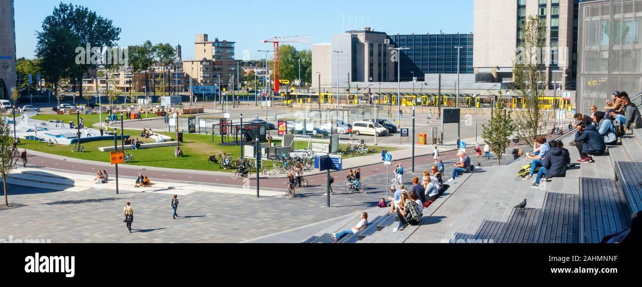Vista panorámica de la Jaarbeursplein en una tarde soleada con la gente en las escaleras de la Utrecht Centraal Station. Utrecht, Países Bajos. Foto de stock