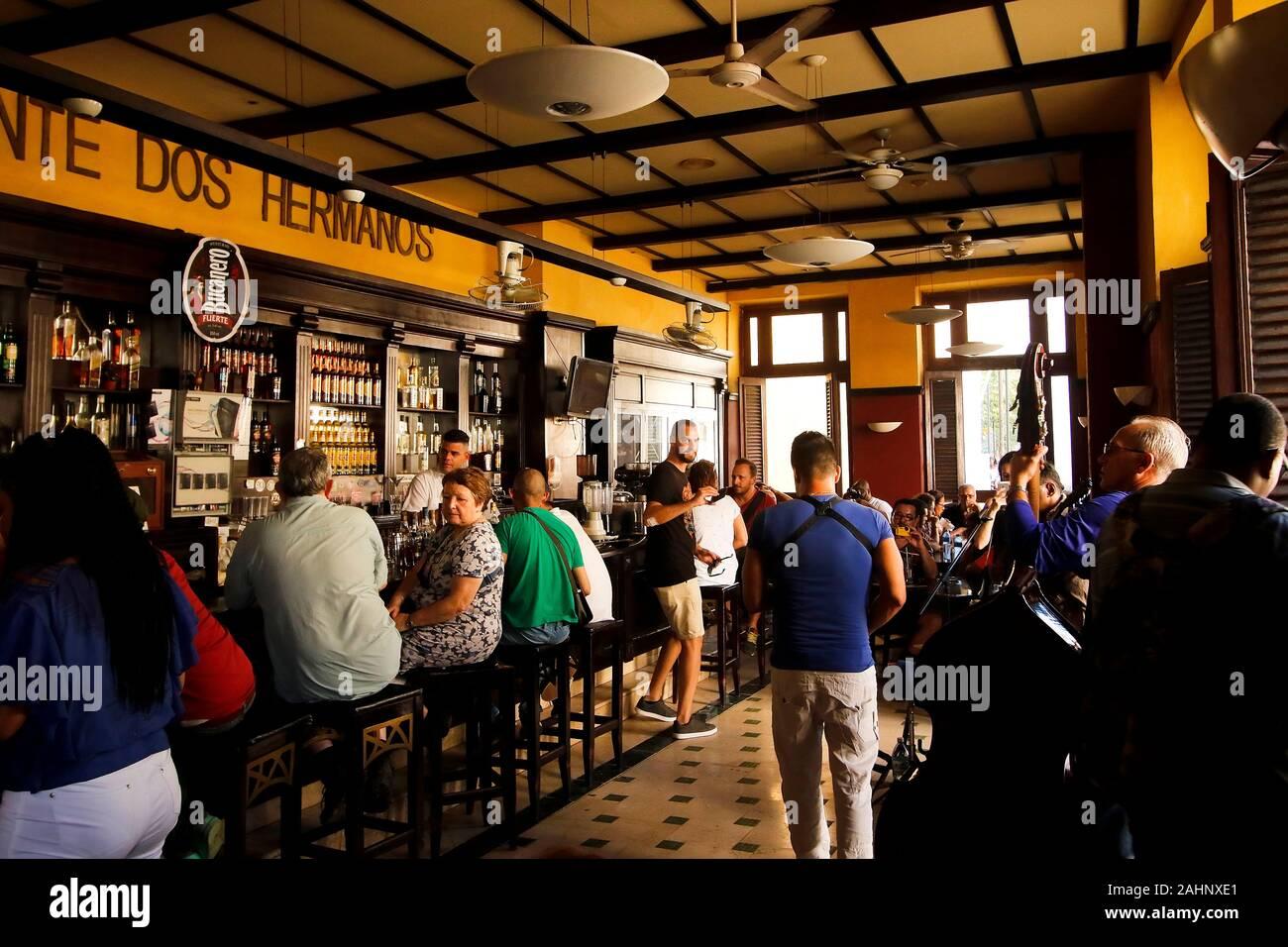 Banda tocando en un restaurante. La Habana. Cuba Foto de stock
