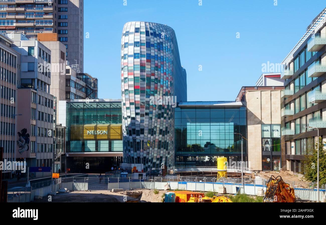 Centro comercial Hoog Catharijne con el edificio Poortgebouw (Gate) en una tarde soleada. Utrecht, Países Bajos. Foto de stock