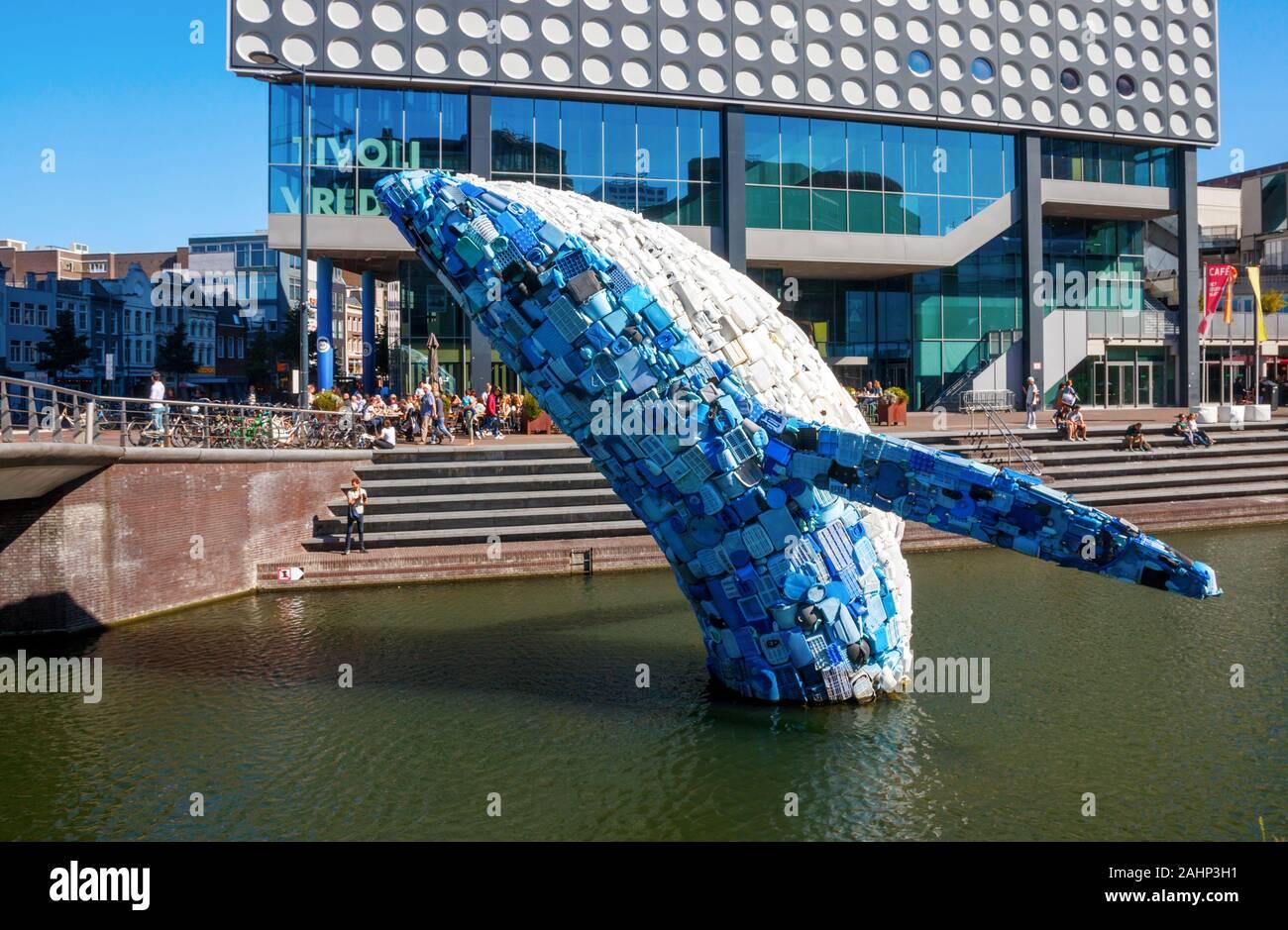 Gran ballena, llamado el rascacielos, hechos de plásticos de los océanos. Utrecht, Países Bajos. Foto de stock