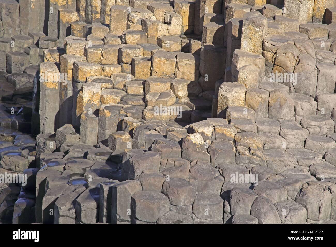 Enormes columnas de basalto de la Calzada del Gigante, Condado de Antrim, Irlanda del Norte, Reino Unido. Foto de stock