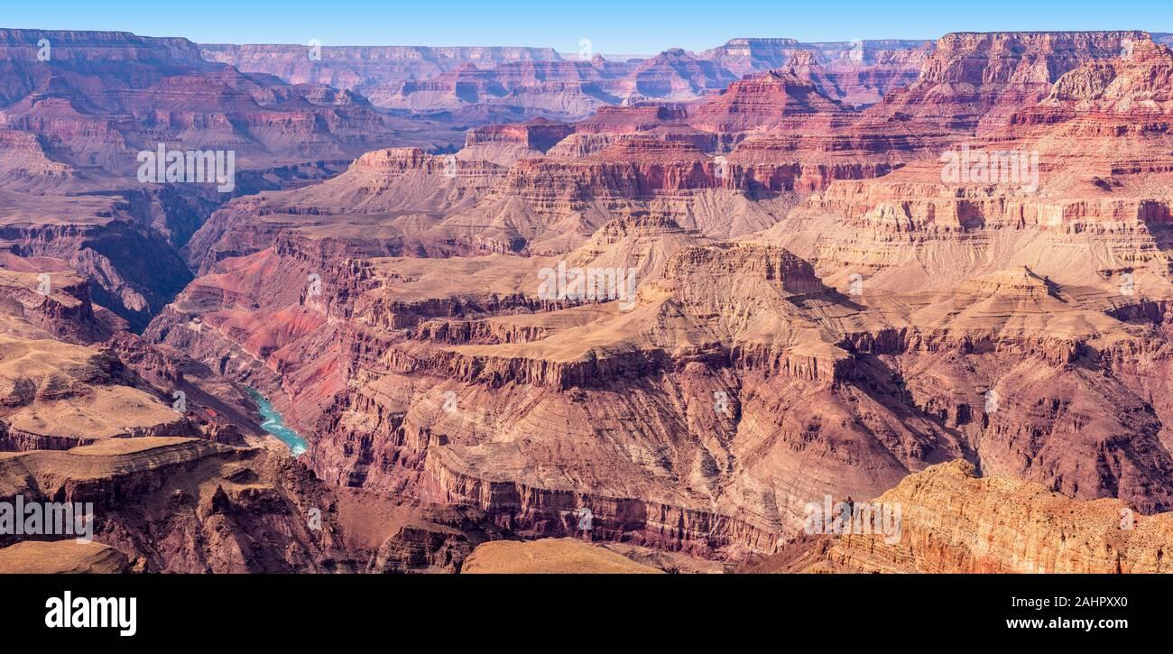 Una vista del Río Colorado que surcan los valles y accidentado terreno Grand Canyon. Foto de stock