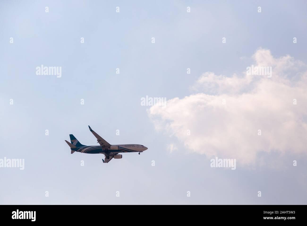 Omán Air Boeing 737 de Aerolíneas acerca de aterrizaje del aeropuerto internacional de Dubai Foto de stock
