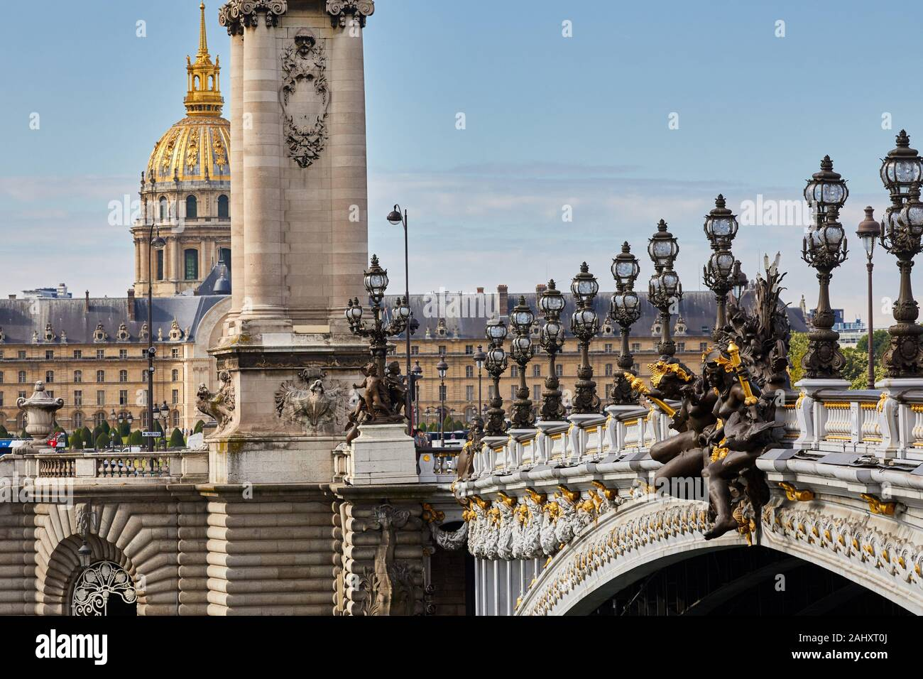 Puente Alexandre III, el Hôtel des Invalides, Paris, Francia Foto de stock