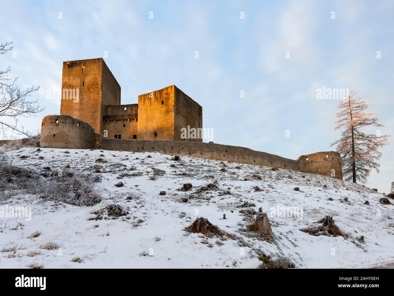 La helada mañana en castillo Landstejn, República Checa. Foto de stock
