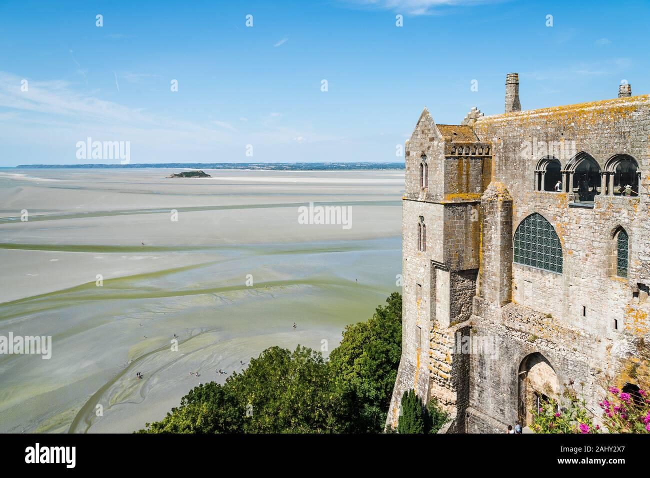 Monte Saint-Michel y la bahía con la marea baja. Normandía, Francia. Foto de stock