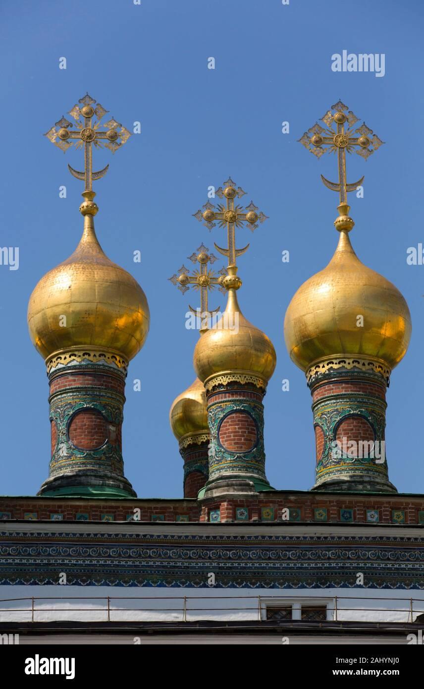 Golden cúpulas en forma de cebolla, el Kremlin, Sitio del Patrimonio Mundial de la UNESCO, Moscú, Rusia Foto de stock