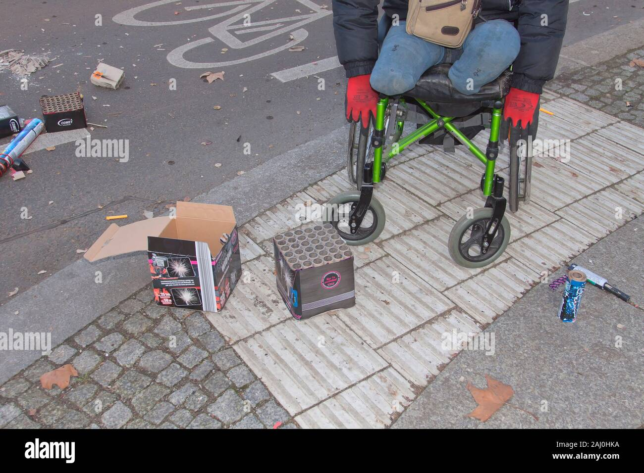 Hombre en una silla de ruedas que perdieron sus pies en una explosión hace 2 años Foto de stock