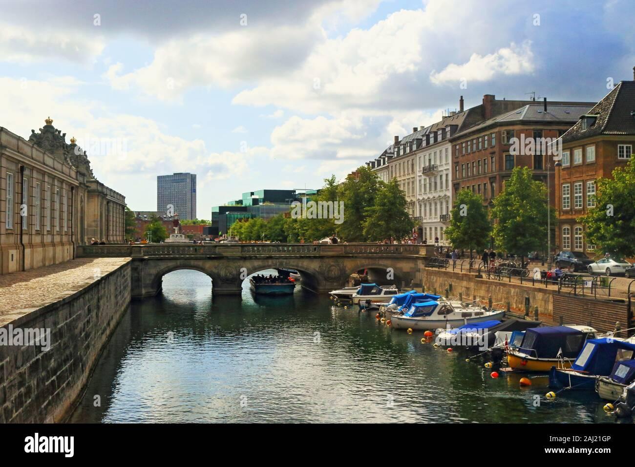 Frederiksholms Kanal-canal, en el centro de Copenhagen.Varios edificios históricos cara canal Prince's Mansion,Museo Nacional de Vivienda, y Christiansborg Foto de stock