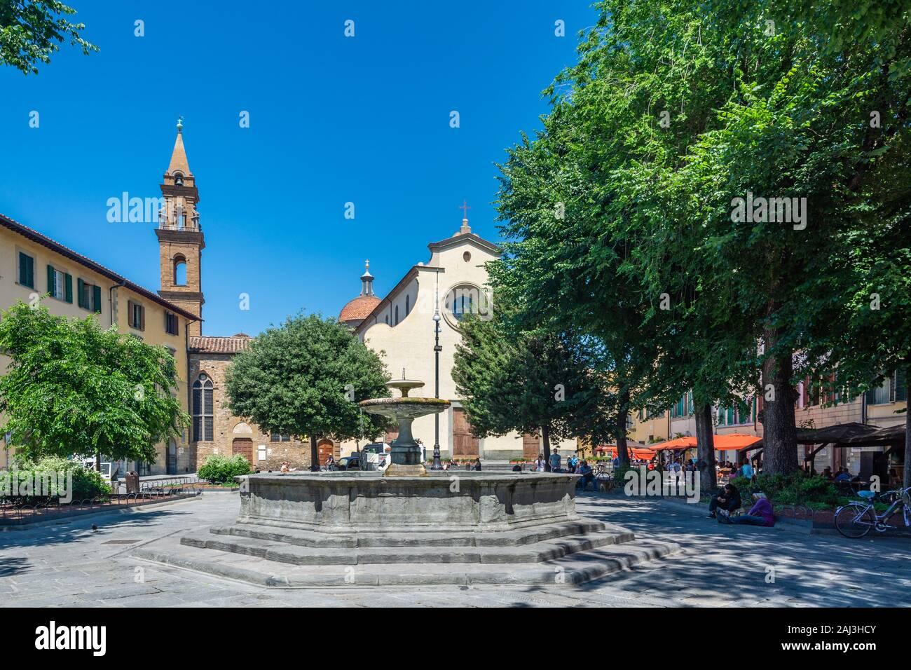 Florencia, Italia - 5 de junio de 2019 : La Basílica de Santo Spirito (Basílica del Espíritu Santo) es una iglesia frente a la plaza con el mismo nombre. El int Foto de stock