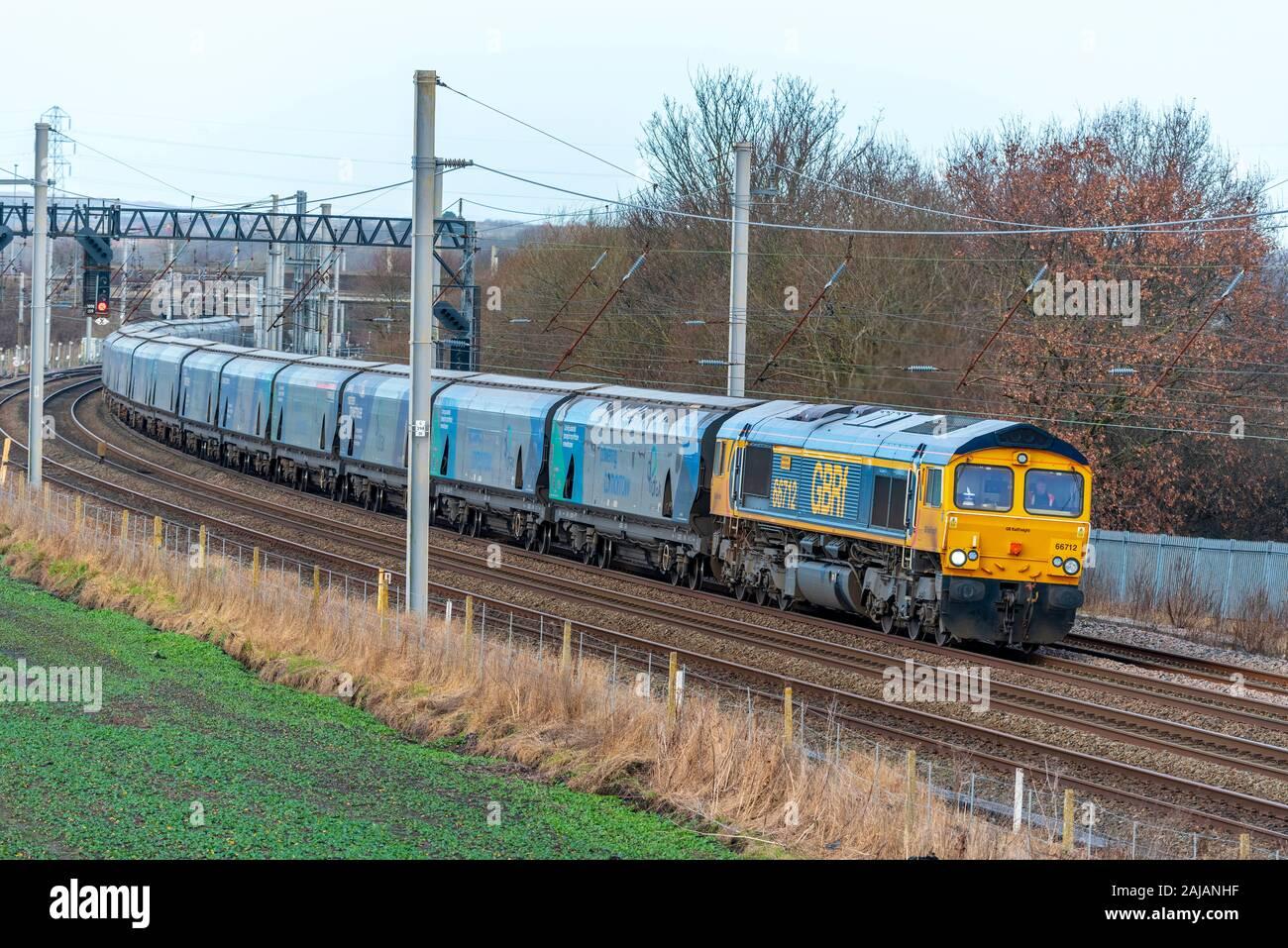 Drax powerstation biomasa arrastrados por tren clase GBRf 66 locomotora eléctrica diesel en la línea principal de la Costa Oeste. Foto de stock