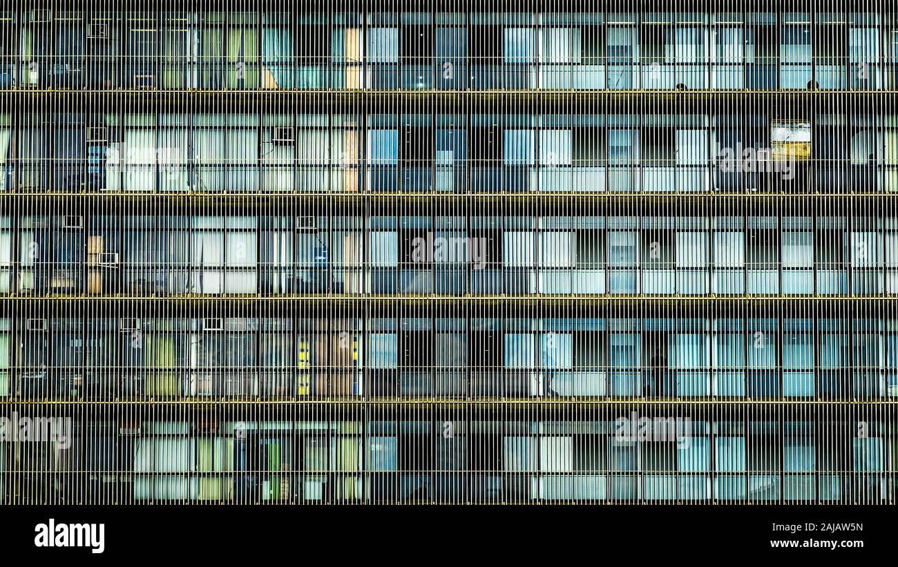 Cerca de la fachada del edificio de oficinas en Brasilia, capital del Brasil. Antecedentes de la arquitectura urbana moderna. Foto de stock