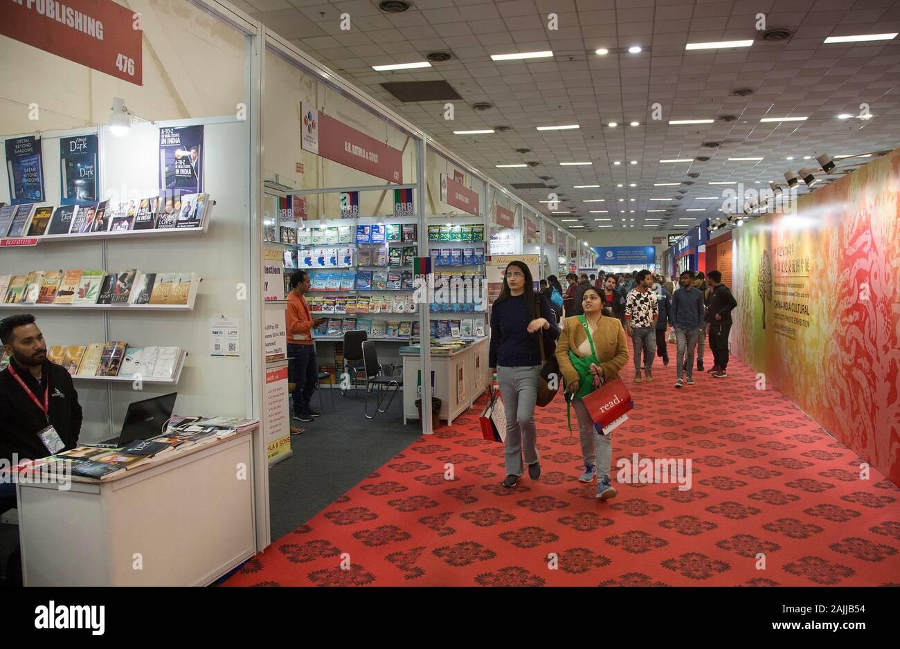 Nueva Delhi, India. El 4 de enero de 2020. (200104) -- Nueva Delhi, 4 de enero de 2020 (Xinhua) -- la gente visita la Feria Mundial del Libro de Nueva Delhi-2020 en Nueva Delhi, India, del 4 de enero de 2020. Dentro del pabellón nº 7 en Pragati Maidan, un vasto terreno lugar diseñado para exposiciones, un pabellón enmedio bookstalls en la feria del libro lleva a los visitantes hacia abajo un Memory Lane en más de 2.000 años de intercambios culturales entre China y la India, a través de fotografías. Unos cubículos de distancia desde el pabellón China es la librería llamativamente lucimiento chino libros en Inglés.Para ir con 'Feature: China-India contactos culturales, una importante exposición de fotos. Foto de stock