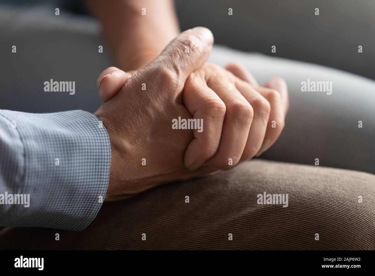 Vista de cerca de pareja de ancianos tomados de la mano Foto de stock