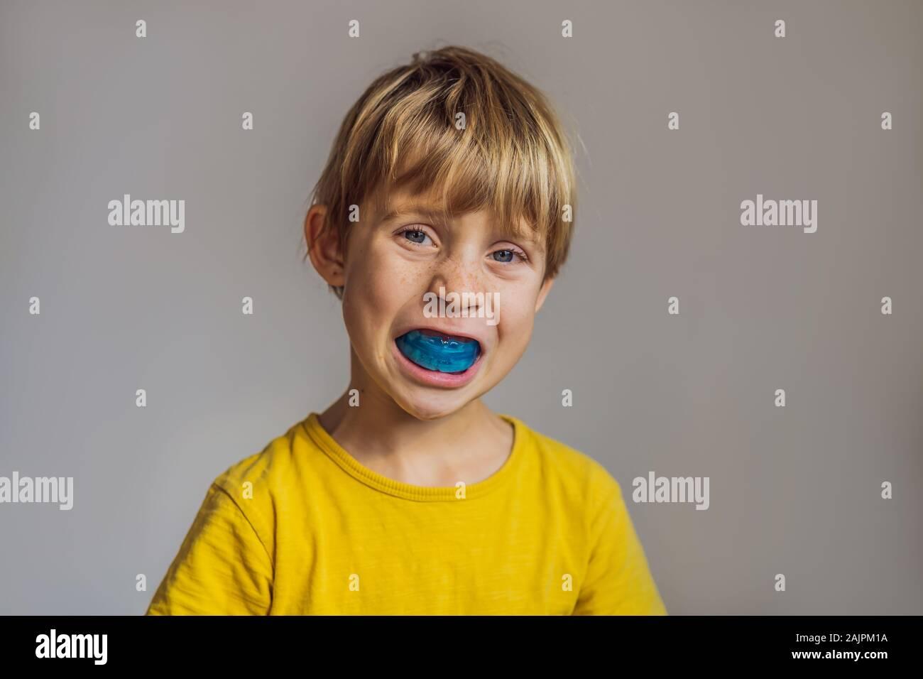 Niño de seis años muestra myofunctional formador. Ayuda a equilibrar el crecimiento de los dientes y corregir la mordida, desarrollar el hábito de respiración bucal. Corrige la posición Foto de stock
