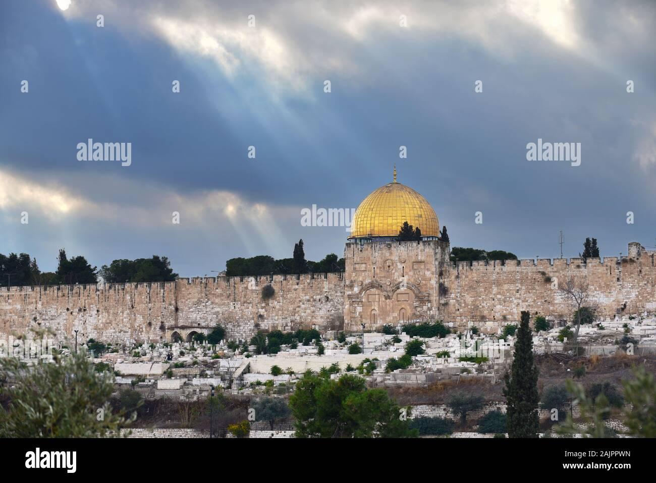 Golden Gate y cúpula dorada dos santos religieus hitos de Jerusalén capturada en una imagen. Foto de stock