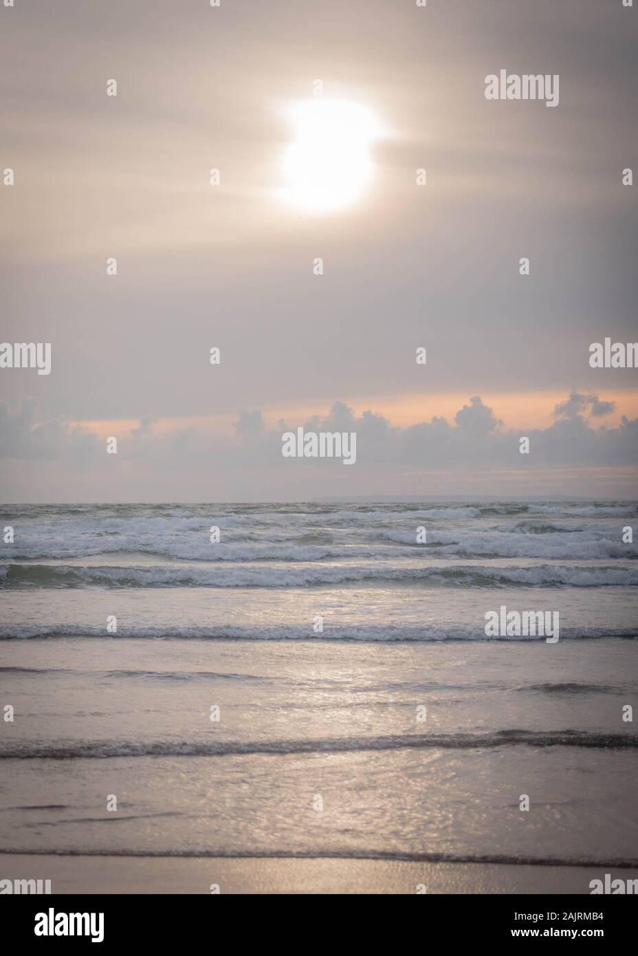 Atardecer en Saunton Sands Beach, en una noche de verano Foto de stock