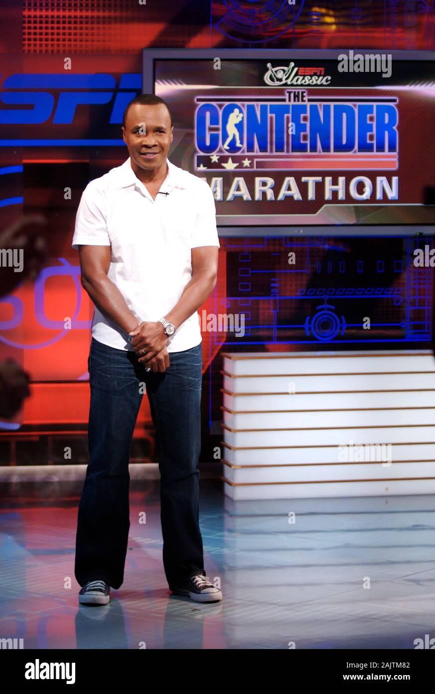 El boxeador profesional y motivador Sugar Ray Leonard es demostrado que aloja el contendiente en un plató de ESPN en Bristol, Connecticut. Foto de stock