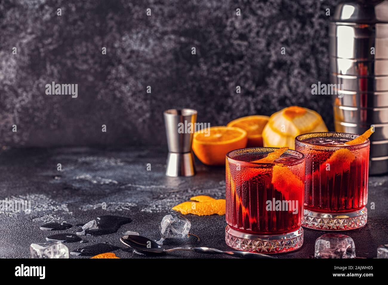 Cóctel Negroni con cáscara de naranja y el hielo, el enfoque selectivo. Foto de stock