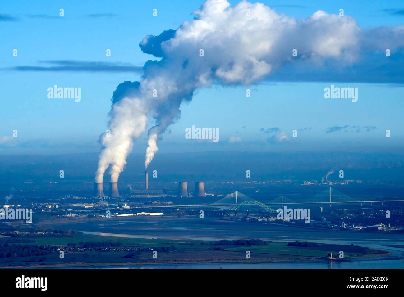 Humo contaminante a la deriva en el sur el sol de invierno, desde Fiddlers Ferry Coal Power Station, Merseyside, Noroeste de Inglaterra, Reino Unido. Foto de stock