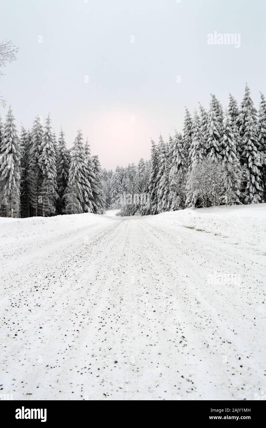 Paisaje invernal con un peligroso y resbaladizo camino de montaña cubiertos de nieve. Foto de stock
