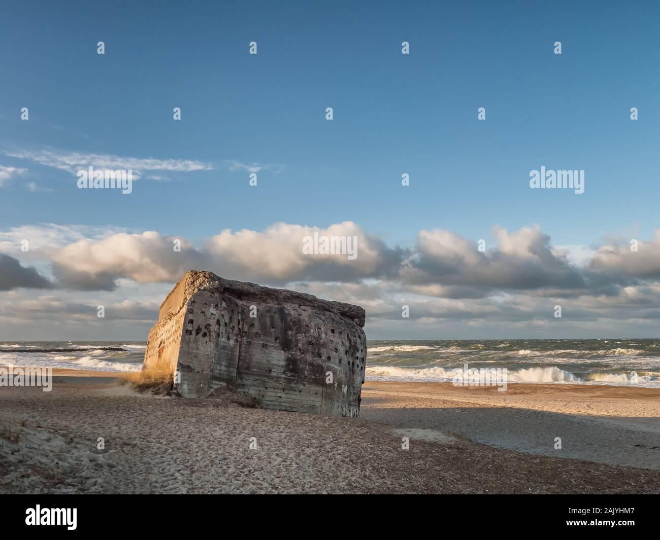 Bunker de WW2 sobre una playa en danés Thyboroen, Dinamarca Foto de stock